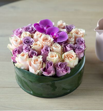 Rosedekorasjon i fersken og lilla