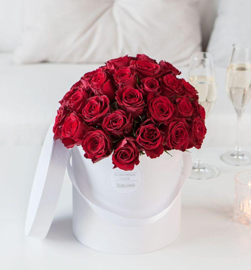Røde roser i gaveeske image number null