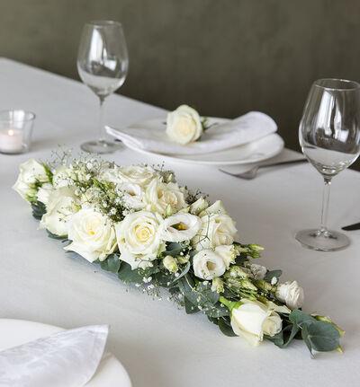 Liten hvit festpakke til avlangt bord