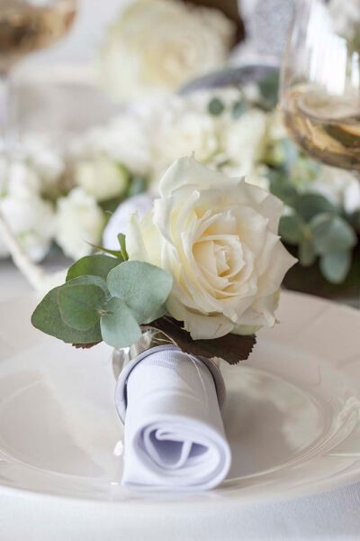 Liten hvit festpakke til rundt bord