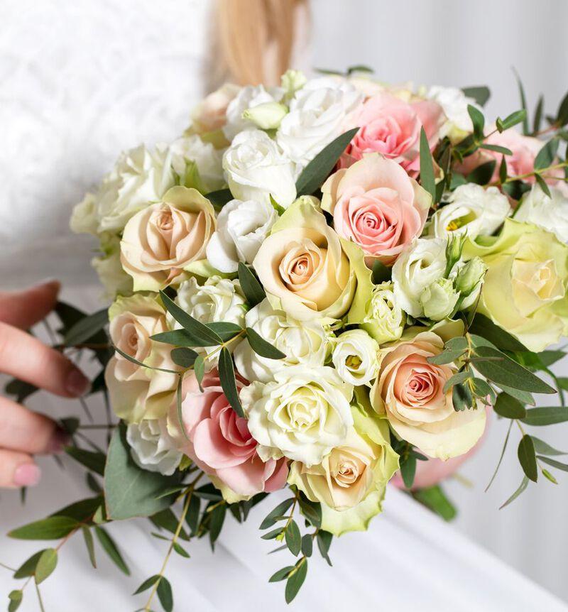 Brudepikebukett med rosa roser og grønt image number null