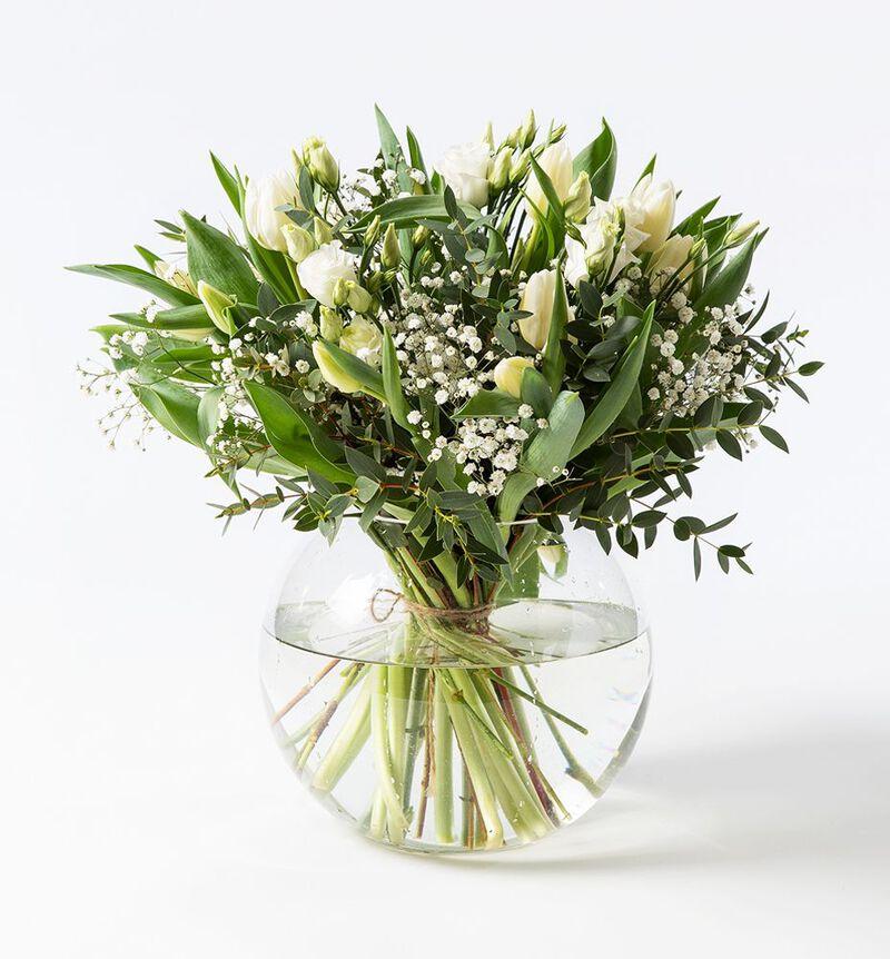 Hvit tulipanbukett med lisianthus image number null