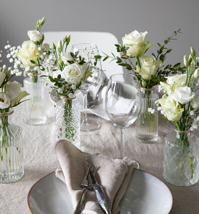 Liten hvit festpakke med småvaser