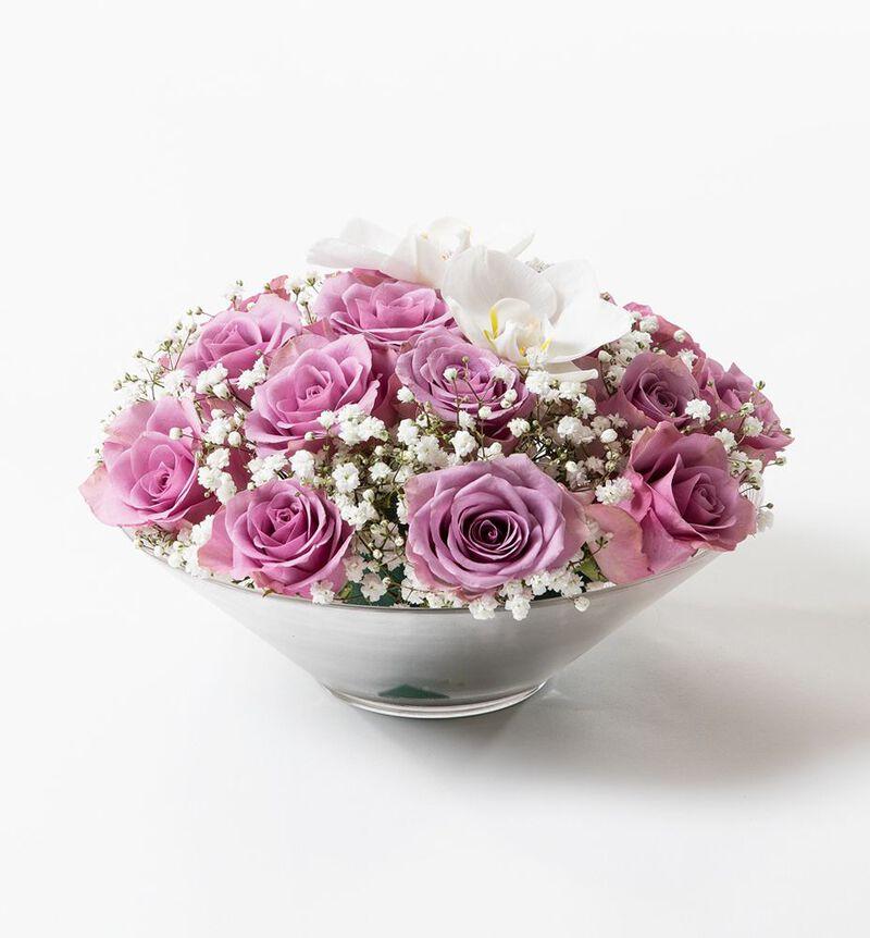 Lilla rosedekorasjon med orkidéklokker image number null