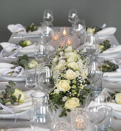 Stor hvit festpakke til avlangt bord