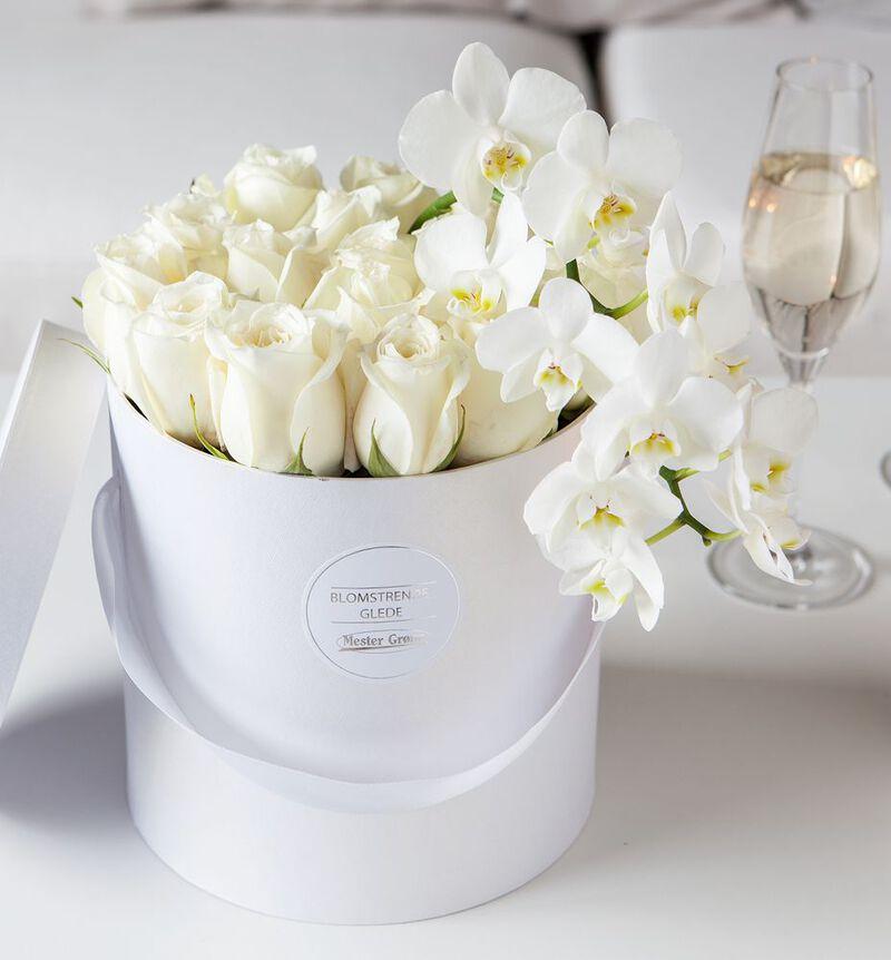 Hvit rose og orkidè dekorasjon i gaveeske image number null