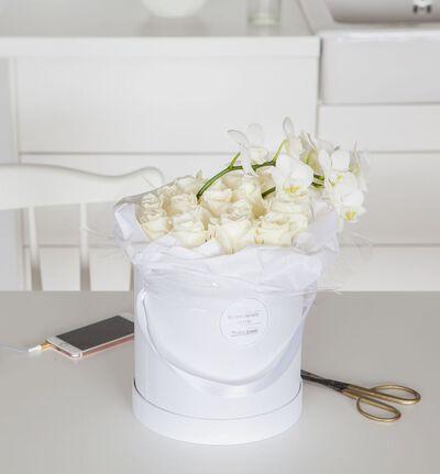 Hvit rose og orkidè dekorasjon i gaveeske
