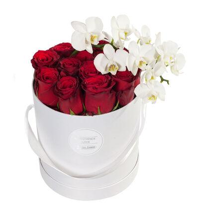 Rød rose og orkidè dekorasjon i gaveeske