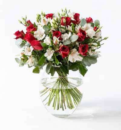 Rød rosebukett med alstromeria