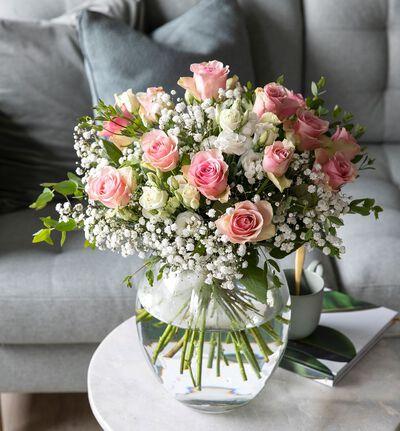 Rosa rosebukett med brudeslør
