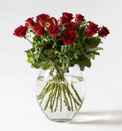 Rød rosebukett med grønt