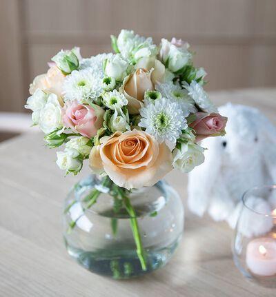 Fairtrade rosebukett i fersken med vase