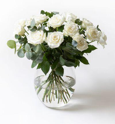 Hvit rosebukett med grønt