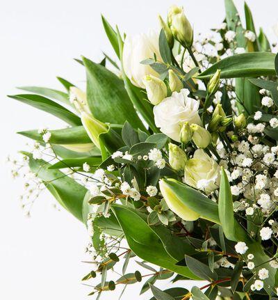 Hvit tulipanbukett med lisianthus