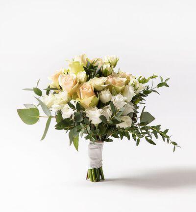Brudepikebukett med rosa roser og grønt
