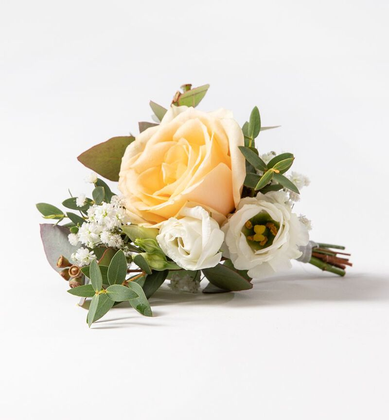 Knapphullsblomst med fersken rose og grønt image number null