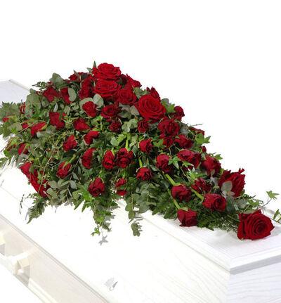 Kistedekorasjon med røde roser M