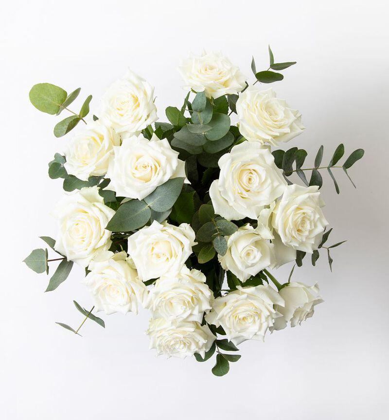 Hvit rosebukett med grønt image number null