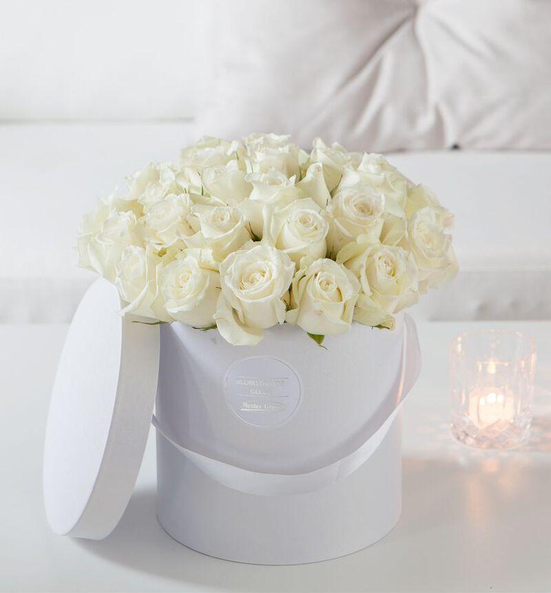 Hvite roser i gaveeske image number null