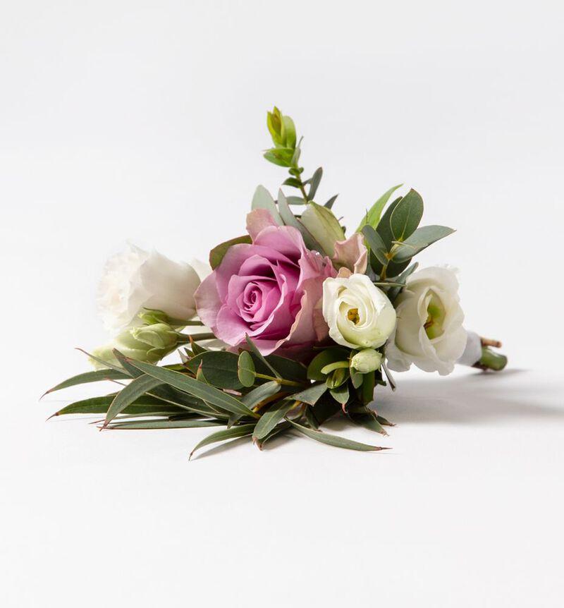 Knapphullsblomst med lilla rose og grønt image number null