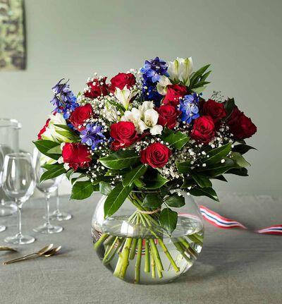 Stor rosebukett i rødt, hvitt og blått