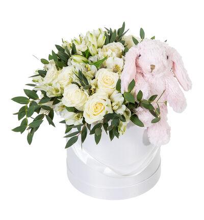 Hvit rosebukett i gaveeske med rosa bamse