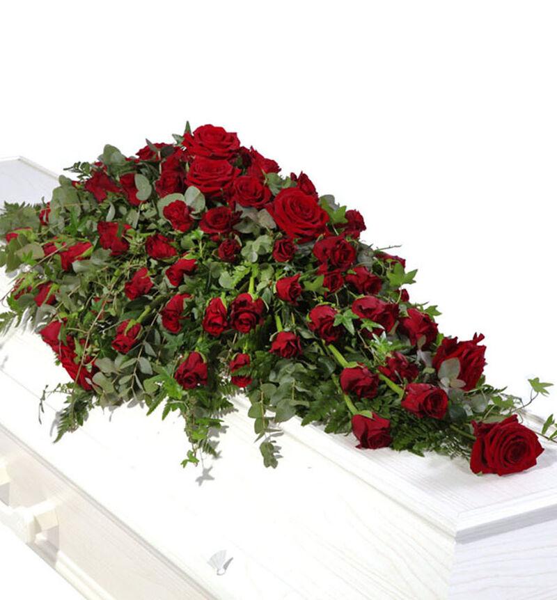Kistedekorasjon med røde roser S image number null
