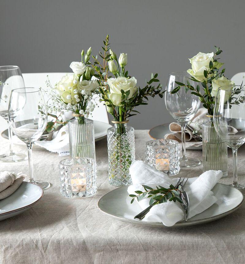Stor hvit festpakke med små vaser image number null