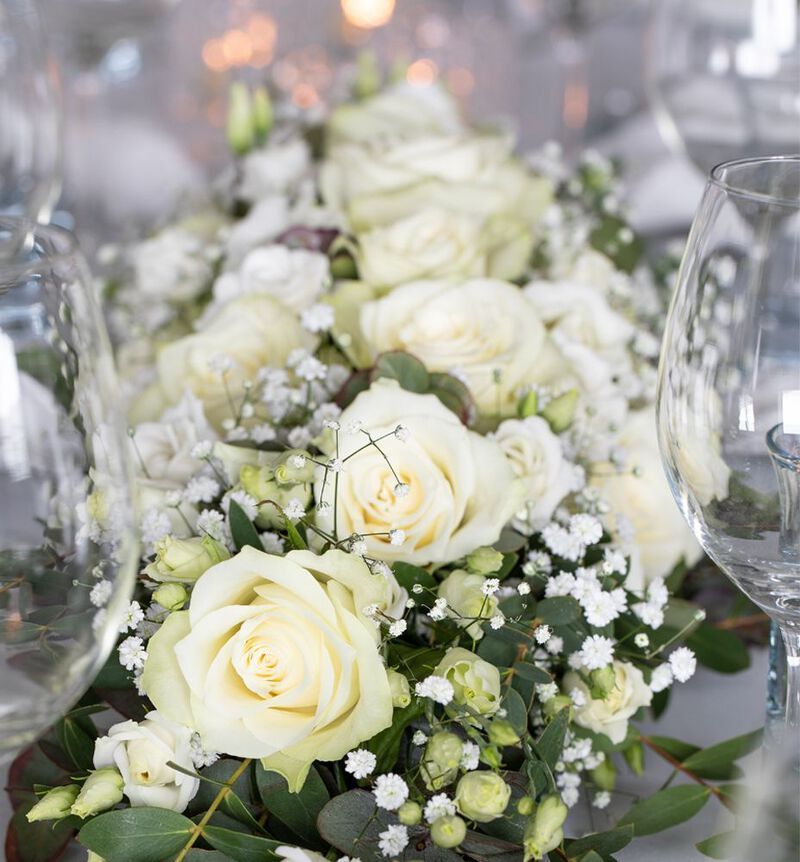 Stor hvit festpakke til avlangt bord image number null