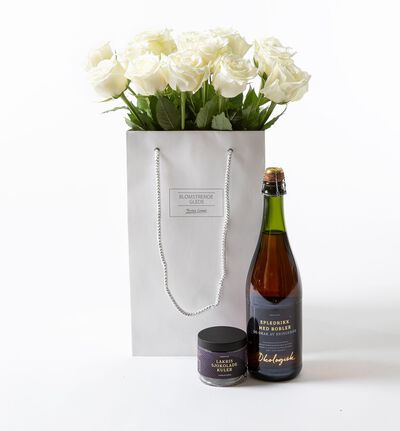 Hvite roser i gavepose
