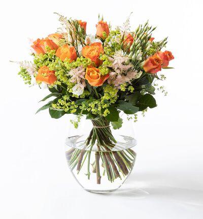 Sommerbukett med oransje roser