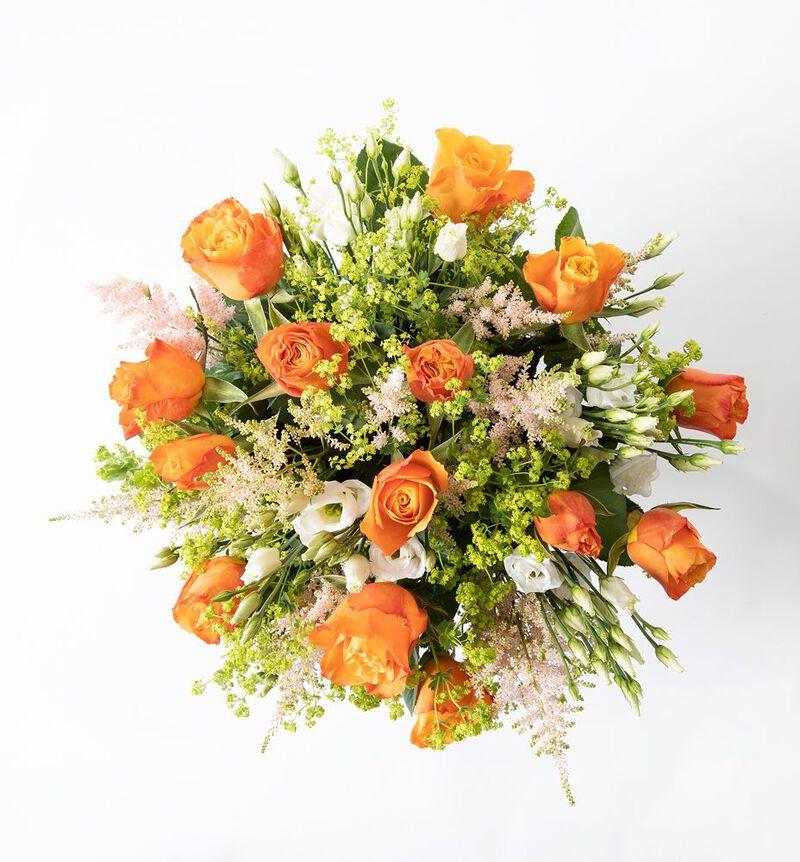 Sommerbukett med oransje roser image number null