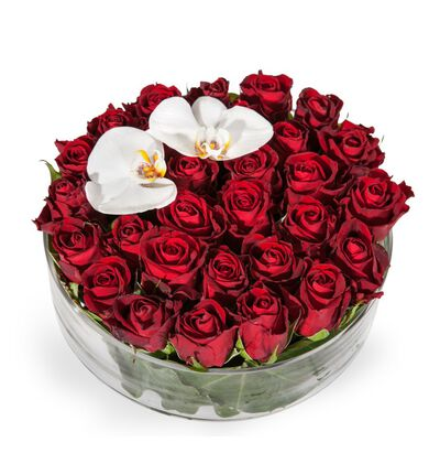 Rød rosedekorasjon med orkidèer
