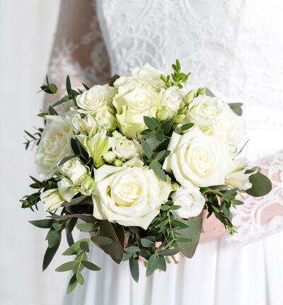 Brudepikebukett med hvite roser og grønt