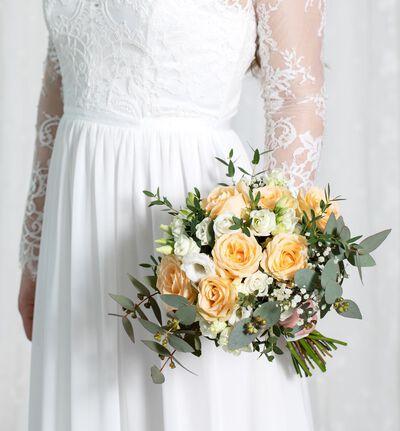 Liten brudebukett med fersken roser