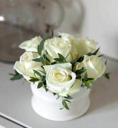 Hvit rosedekorasjon i krone