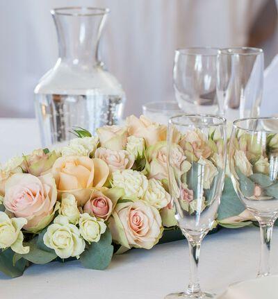 Klassisk borddekorasjon med roser i fersken og rosa