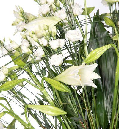 Vifteformet scenedekorasjon i hvitt