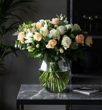 Rosebukett i hvitt og fersken L