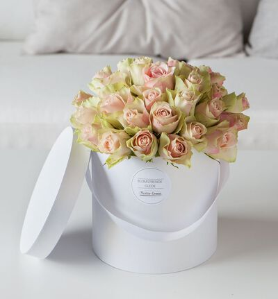 Rosa roser i gaveeske