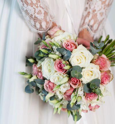 Klassisk brudebukett i hvitt og rosa
