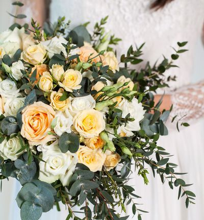 Romantisk brudebukett i fersken og hvitt