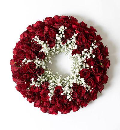 Krans med røde roser og slør