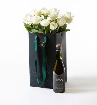 Hvite roser i gavepose med bobler