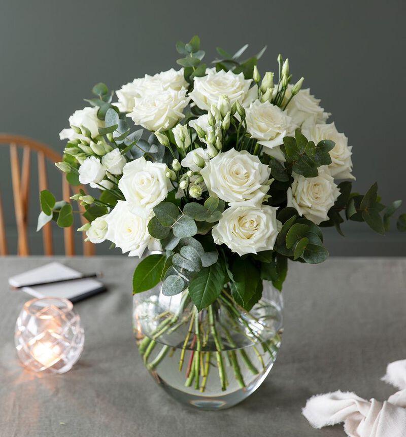 Hvit rosebukett med lisianthus og grønt bildenummer 3