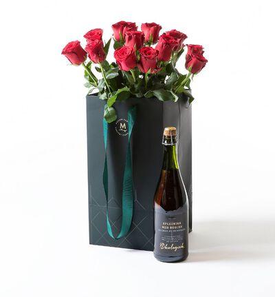 Røde roser i gavepose med bobler
