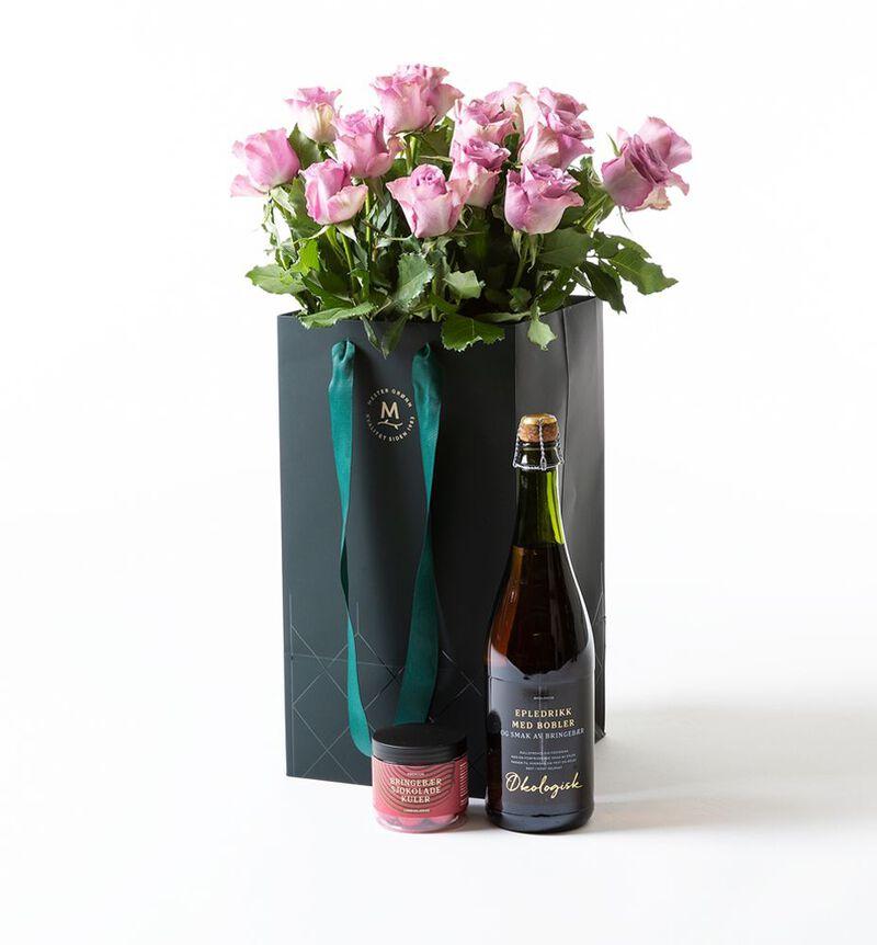 Lilla roser i gavepose med bobler og sjokolade bildenummer 1