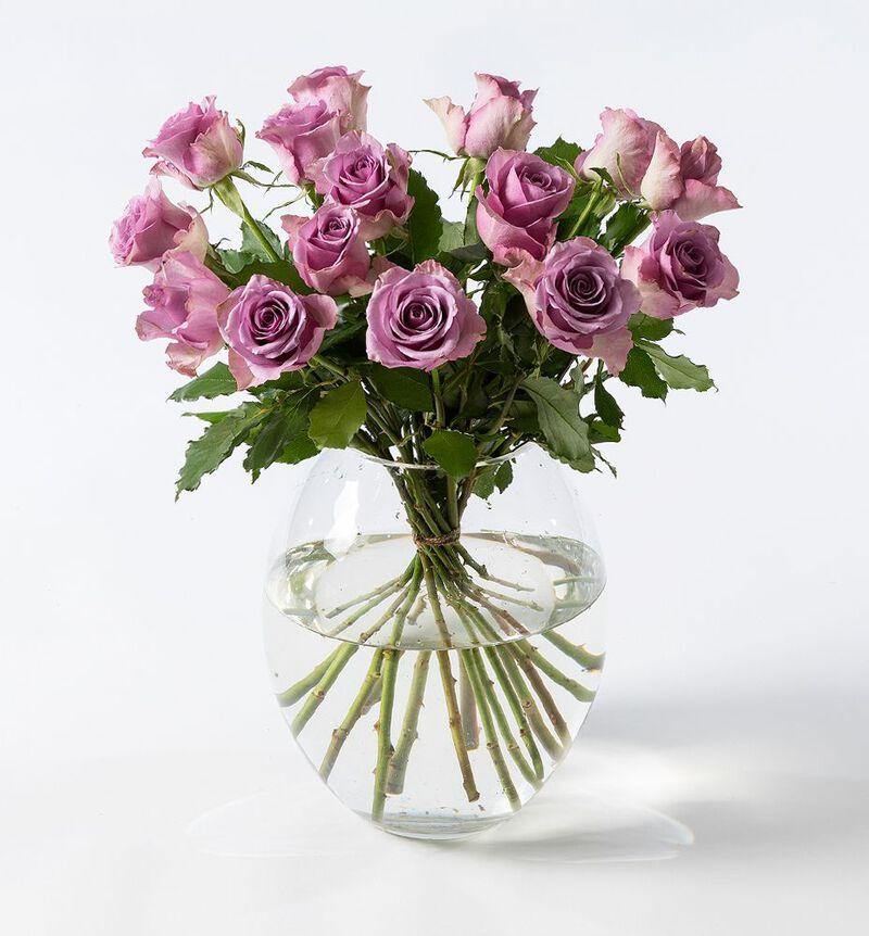 Lilla roser i gavepose med bobler og sjokolade bildenummer 2