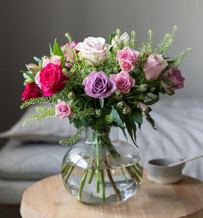 Rosebukett i kalde farger med alstroemeria