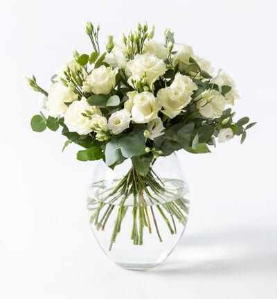 Hvit rosebukett med lisianthus og grønt